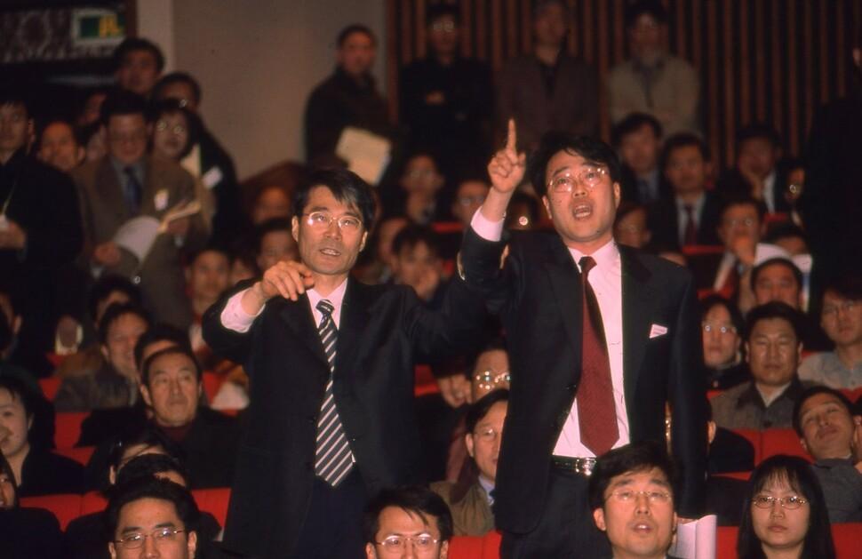 2001년 3월 삼성전자 주주총회에 참여해 발언하고 있는 당시 장하성(왼쪽) 참여연대 경제민주화위원장과 김기식 참여연대 정책실장. 강창광 기자 촬영.