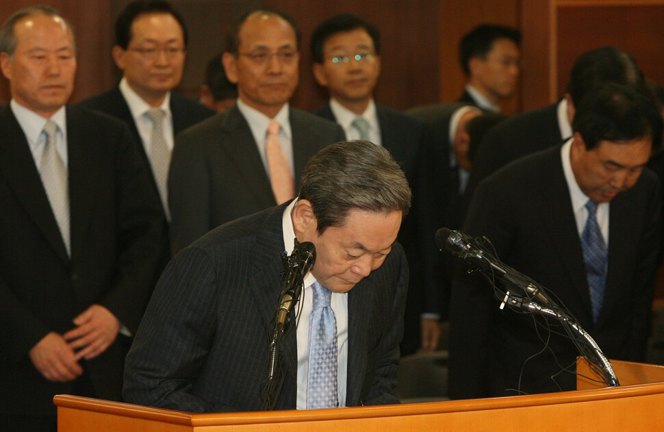 이건희 회장이 2008년 4월22일 서울 태평로 삼성 본관에서 퇴진 성명을 발표하면서 고개를 숙이고 있다. 뒤에 서 있는 이들은 삼성 계열사 사장단이다. 김진수 기자 촬영.