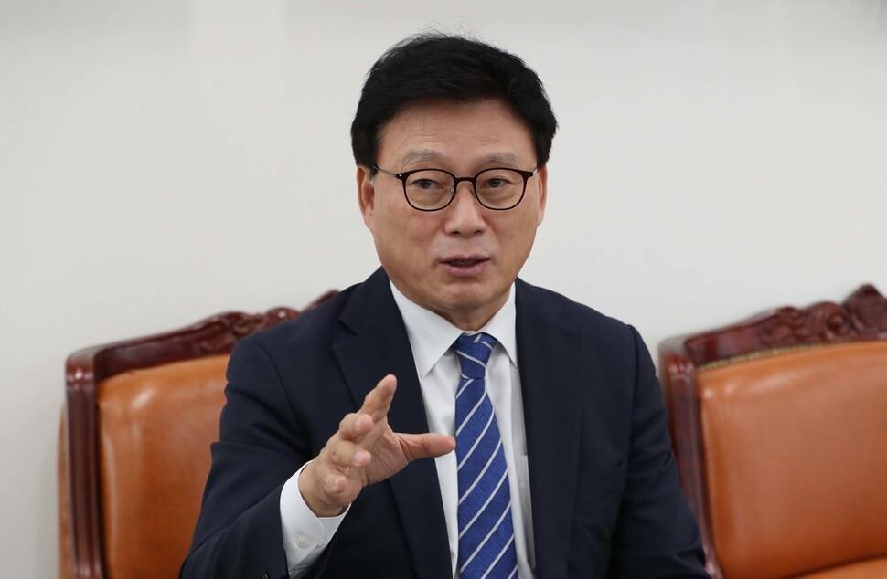 21대 국회 1호 법안으로 '사회적 가치법'을 발의한 박광온 더불어민주당 의원이 22일 오후 국회에서 <한겨레>와 인터뷰하고 있다. 박종식 기자 anaki@hani.co.kr