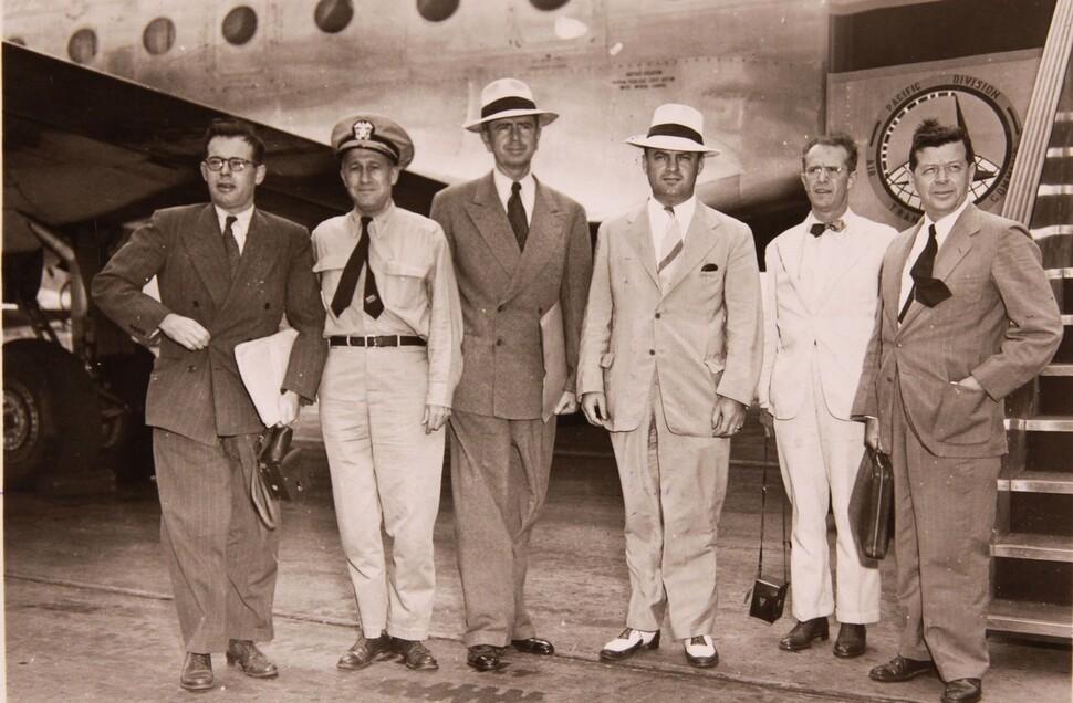 1947년 8월 중국과 남한에 대한 미국 정부의 정책을 수립하기 위해 해리 트루먼 대통령은 웨더마이어 장군을 단장으로 하는 사절단을 보내 현지 조사를 벌였다. 웨더마이어 특사는 남한에 대해서는 단독정부 수립에 대비한 여러 정책을 건의했다. 사진은 동북아 방문을 마친 웨더마이어 특사(왼쪽 셋째)가 1947년 9월15일 보고서 작성을 위해 하와이 오아후섬의 미공군기지에 도착해 기념사진을 찍은 모습이다. 국사편찬위원회 전자사료관