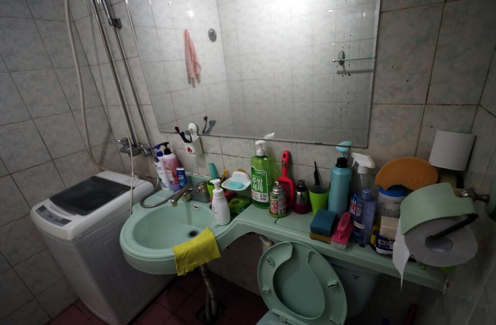 우주네 가족이 사는 여관방 화장실. 따로 부엌이 없어 이곳에서 식사를 마친 우주는 아버지의 설거지를 돕는다. 김해/이종근 기자 root2@hani.co.kr