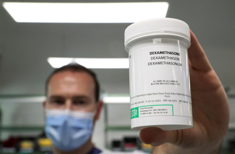 벨기에 브뤼셀의 약사가 호흡이 곤란한 코로나19 환자 치료에 효과가 있는 것으로 나타난 호르몬제 덱사메타손을 들어보이고 있다. 브뤼셀/로이터 연합뉴스