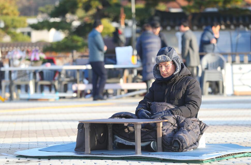 자유한국당 황교안 대표가 22일 오전 청와대 분수대 광장에서 3일째 단식투쟁 하고 있다. 연합뉴스