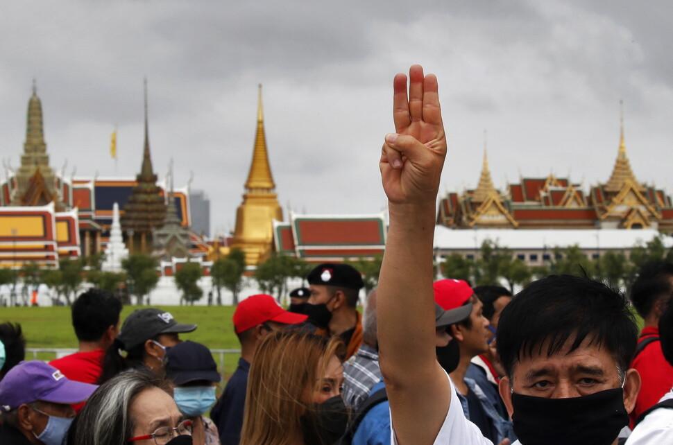 2020년 9월17일 타이 방콕 사남루엉에서 열린 집회에서 한 참가자가 손가락 세개를 들어올리고 있다. 이 동작은 최근의 타이 민주화 시위를 상징하는 행동이 됐다. 사남루엉 광장은 타이 민주화 역사에서 중요한 장소다. EPA 연합뉴스