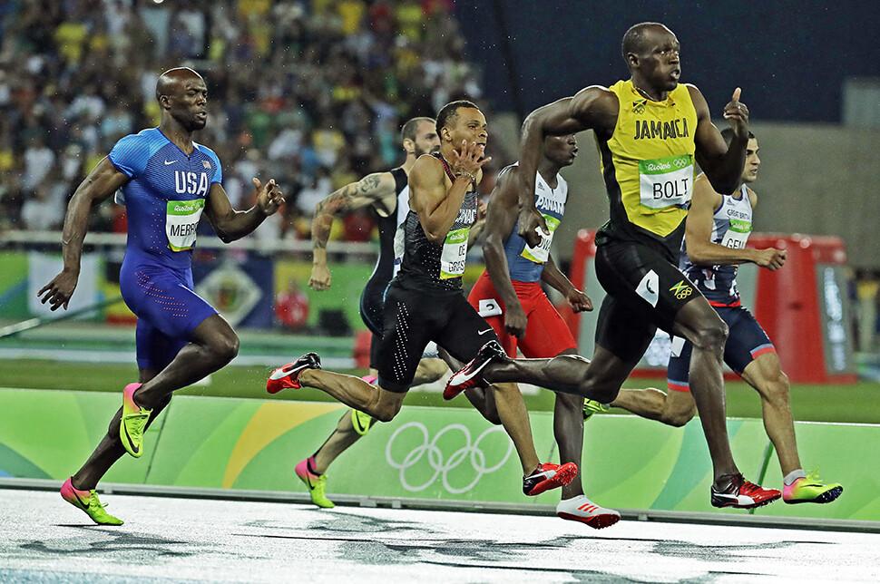 자메이카 우사인 볼트가 2016년 브라질 리우데자네이루 마라카낭 올림픽 주경기장에서 열린 리우올림픽 육상 남자 200m 결승 경기에서 19초 78의 기록으로 결승점을 통과하고 있다.AP연합뉴스