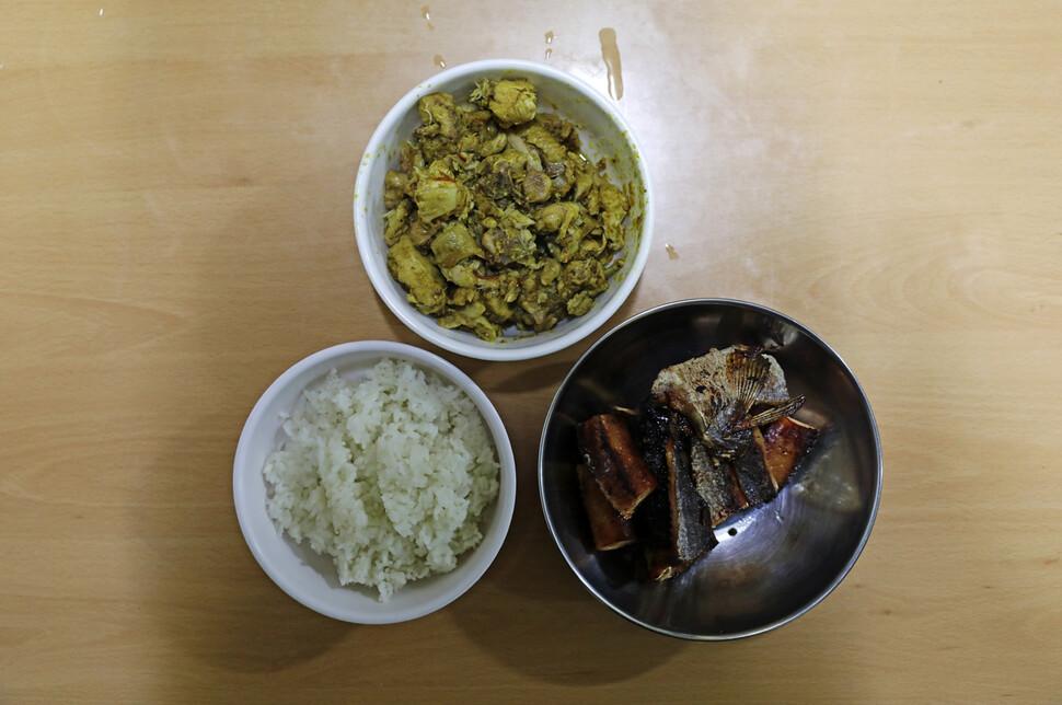 캄보디아인들이 자주 먹는 차크다오(닭고기 카레볶음)와 뜨라이뚜어(말린 생선), 그리고 밥. 김명진 기자 littleprince@hani.co.kr