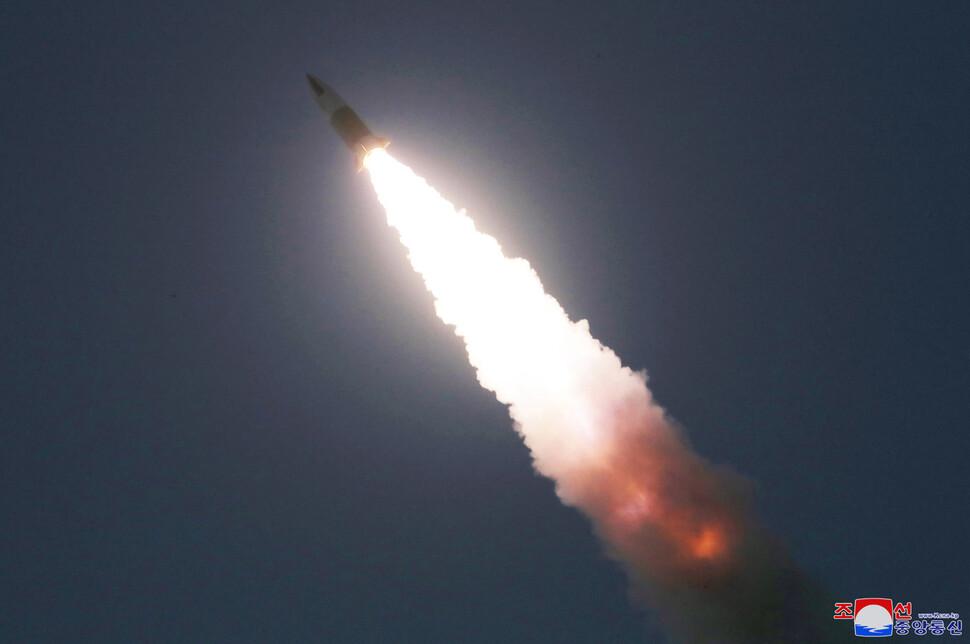 북한이 지난 21일 김정은 국무위원장 참관 아래 '전술유도무기 시범사격 훈련'을 진행했다고 밝힌 단거리탄도미사일 발사 장면. <조선중앙통신> 연합뉴스.