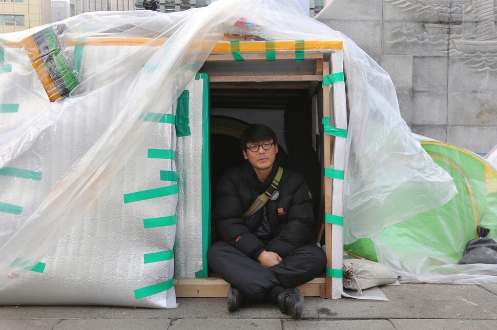 2016~2017년 겨우내 송경동 시인은 박근혜 퇴진을 위한 문화예술인 광화문 캠핑촌을 앞장서 만든 뒤 넉달 반을 노숙했다. 한겨레 자료사진