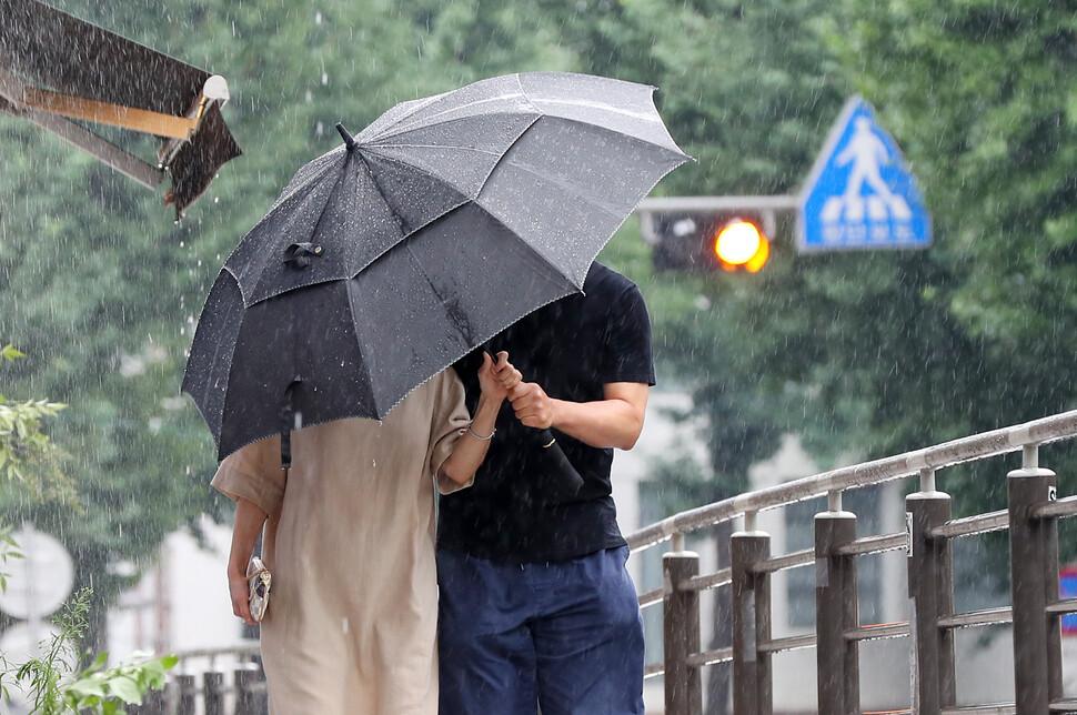 서울 종로구 삼청동길에서 우산을 쓴 시민들이 길을 지나고 있다. 연합뉴스