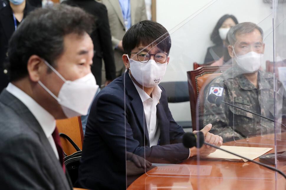 박재민 국방부 차관(가운데)이 24일 국회 본청에 있는 더불어민주당 당대표실을 방문해 북한 해역 실종 공무원 피격 사건에 대해 보고하고 있다. 공동취재사진