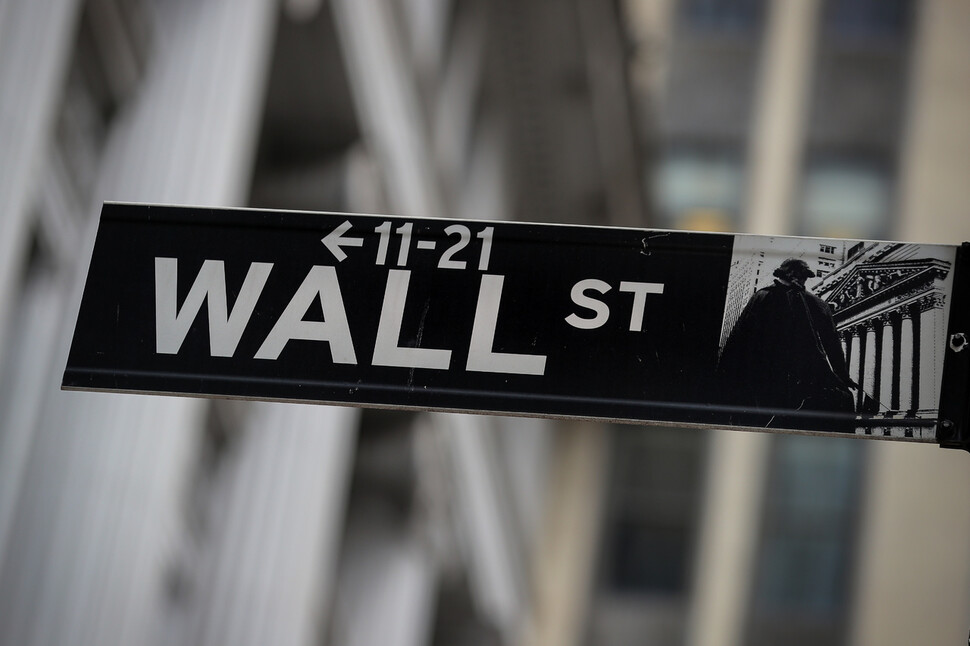 세계 금융의 중심지 미국 뉴욕 월가에 있는 증권거래소 부근 거리 표지판. 월가는 자본주의 금융화의 상징이다. REUTERS