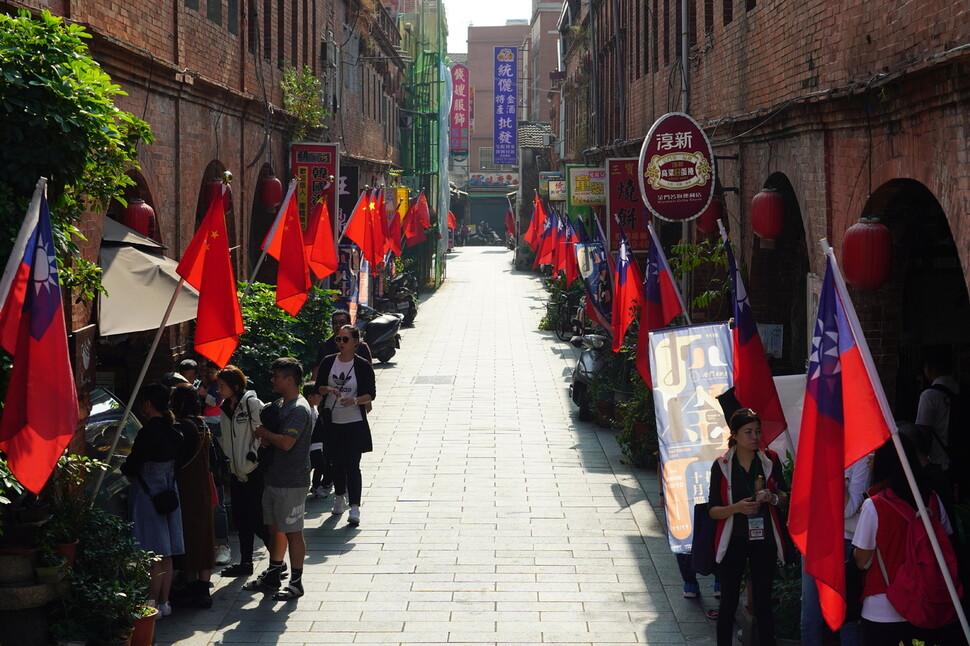 1920년대 화교들이 동남아 상가를 본떠 만든 진먼섬의 상가에 중국과 대만의 국기가 나란히 걸려 있다.