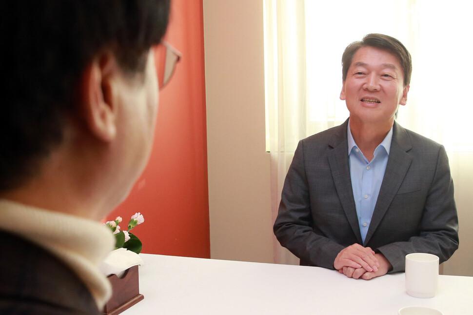 """'조국 비판' 김경율 만난 안철수 """"비상식 바이러스 잡아야"""""""