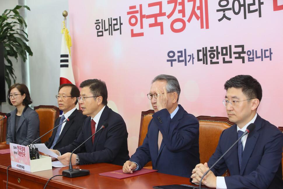 """한국당 공천관리위 첫날…이석연 부위원장 """"황교안, 공천서 손떼라"""""""