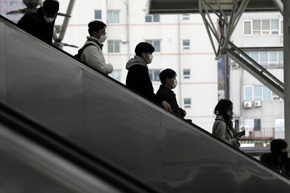 지난 2일 오후 코로나19 환자가 방문한 서울 중구 서울역에서 승객들이 마스크를 쓰고 이동하고 있다. 김명진 기자 littleprince@hani.co.kr