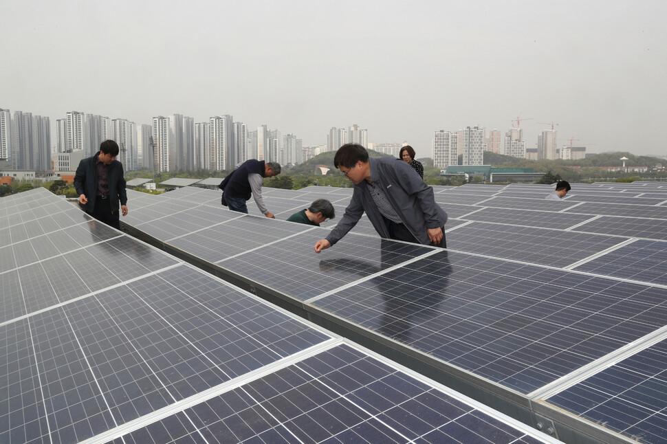최근 시민참여형 에너지협동조합을 통한 태양광 발전시설이 늘고 있다.  안산시민햇빛발전협동조합원들이 안산예술의전당 옥상에 설치된 태양광 시설을 살펴보고 있다. 안산/강재훈 선임기자 khan@hani.co.kr