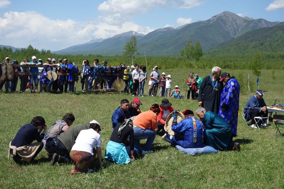 부랴트의 샤먼이 황홀경에 오르자 사람들이 다가와서 점괘를 듣는 모습. 2014년 필자 촬영. 부랴트공화국.