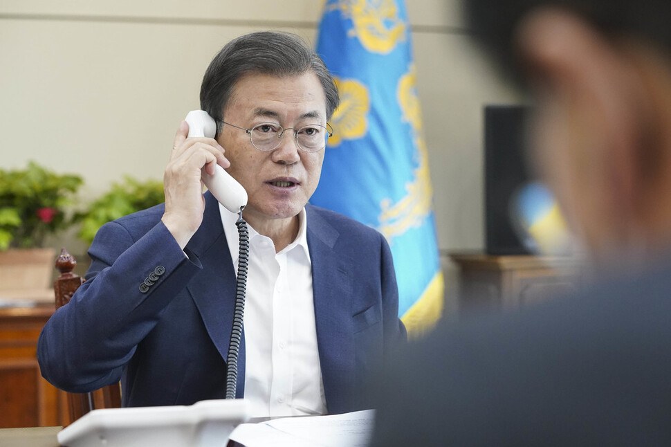 문 대통령 국정 지지율 56%…1년5개월 만에 최고치