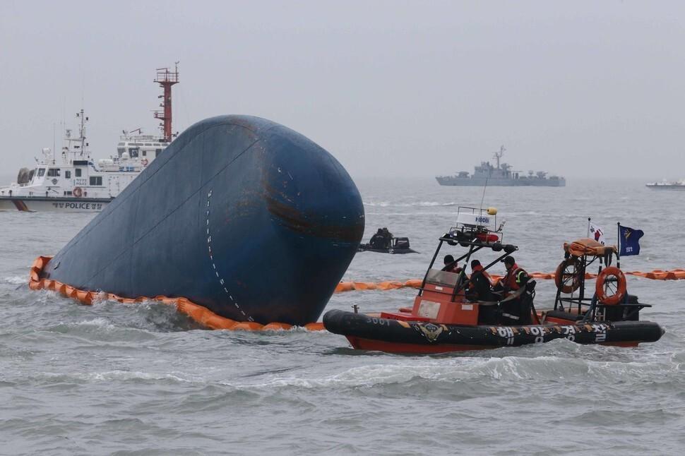 2014년 세월호 사고 당시 해경과 해군이 실종자 구조와 수색작업을 벌이고 있다. 김봉규 선임기자 bong9@hani.co.kr