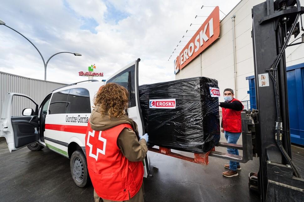 스페인 적십자사 직원들이 몬드라곤협동조합의 대표적인 유통업체인 에로스키사가 전달한 구호물품을 차량에 옮기고 있다. 에로스키는 스페인 적십자사와 손잡고 공공시설에 격리된 노숙자 500명에게 의류 등을 후원했다. 몬드라곤협동조합 제공