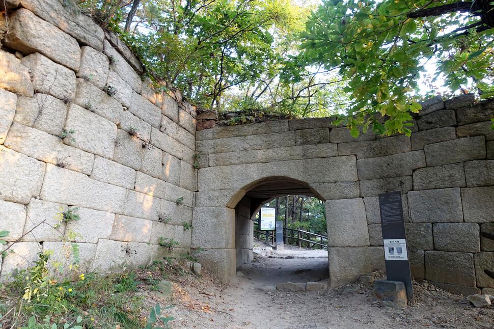 경기도 고양시 덕양구 효자동에 자리한 북한산성 서암문. 조선 숙종 37년(1711년) 북한산성 성곽을 축조하면서 설치한 8개의 암문 중 하나다.