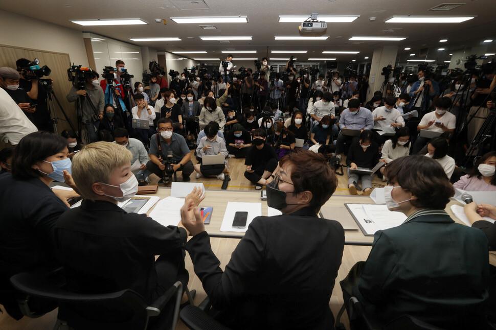 박원순 서울시장을 성추행 혐의 등으로 고소한 피해여성을 대리하는 김재련 변호사(앞줄 왼쪽 둘째)와 한국여성의전화, 한국성폭력상담소 관계자들의 13일 오후 서울 은평구 녹번동 한국여성의전화 사무실에서 연 기자회견에서 자료가 배포되는 동안 의견을 나누고 있다. 이정아 기자.