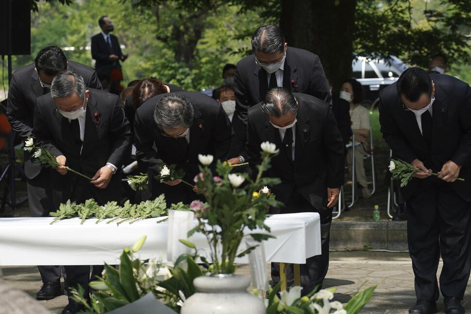 5일 일본 히로시마시 나카구에 있는 평화기념공원 내 '한국인원폭희생자위령비' 앞에서 열린 위령제에서 참석자들이 헌화를 하고 있다. 1945년 8월6일 히로시마에 투하된 원폭으로 조선인 2만여명이 목숨을 잃은 것으로 추정된다. 히로시마/AP 연합뉴스