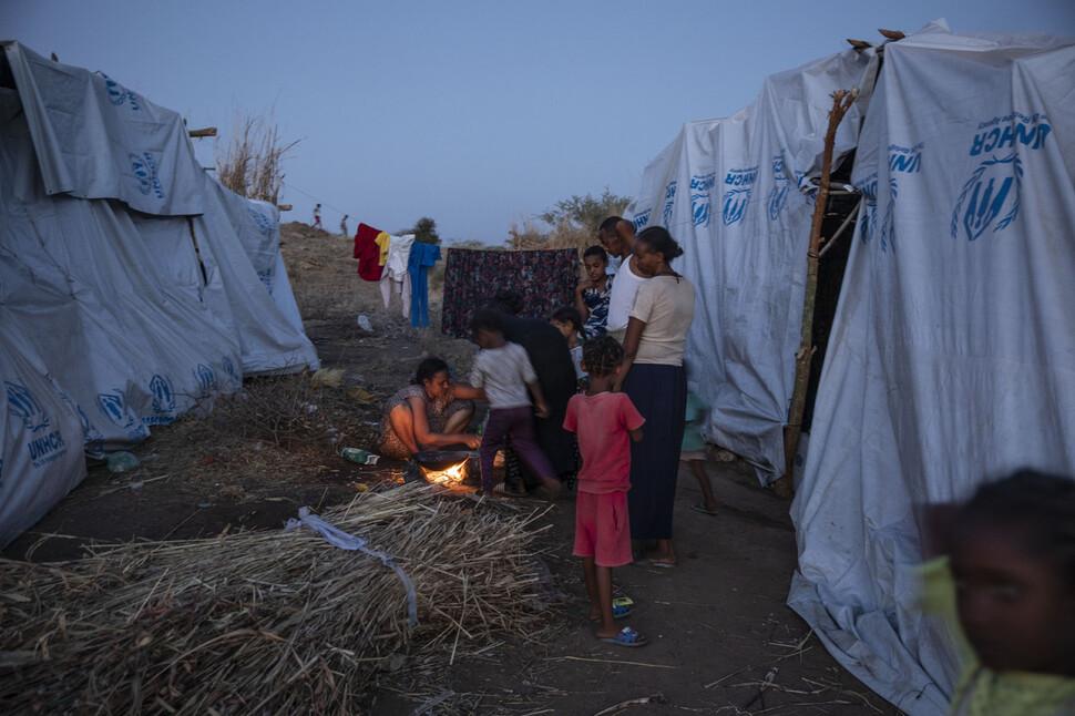 에티오피아 티그레이 지역 여성들이 분쟁으로 피난을 온 이웃 나라 수단 난민 캠프에서 요리를 하고 있다. AP 연합뉴스
