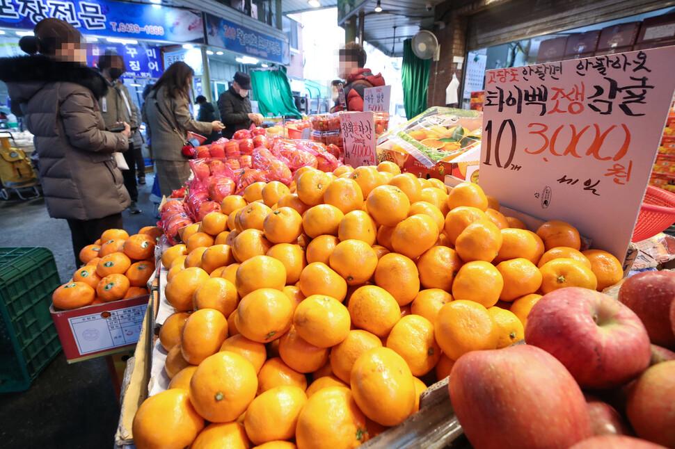 22일 오후 서울 마포구 망원시장에서 시민들이 과일을 고르고 있다. 연합뉴스