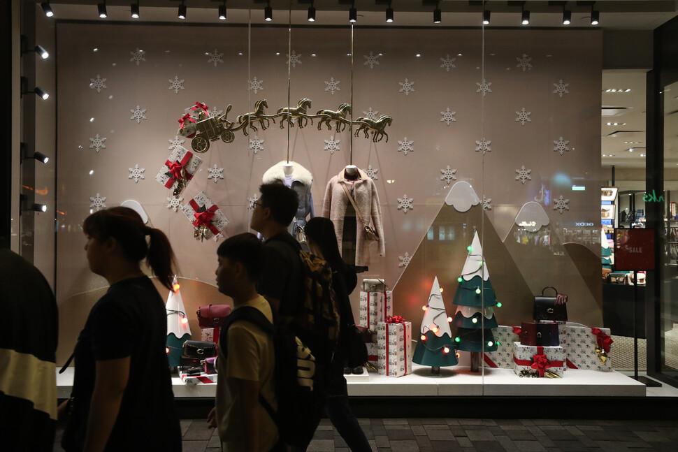 24일 저녁 홍콩 침사추이 시내 상점들이 성탄절 분위기로 바뀌었다.