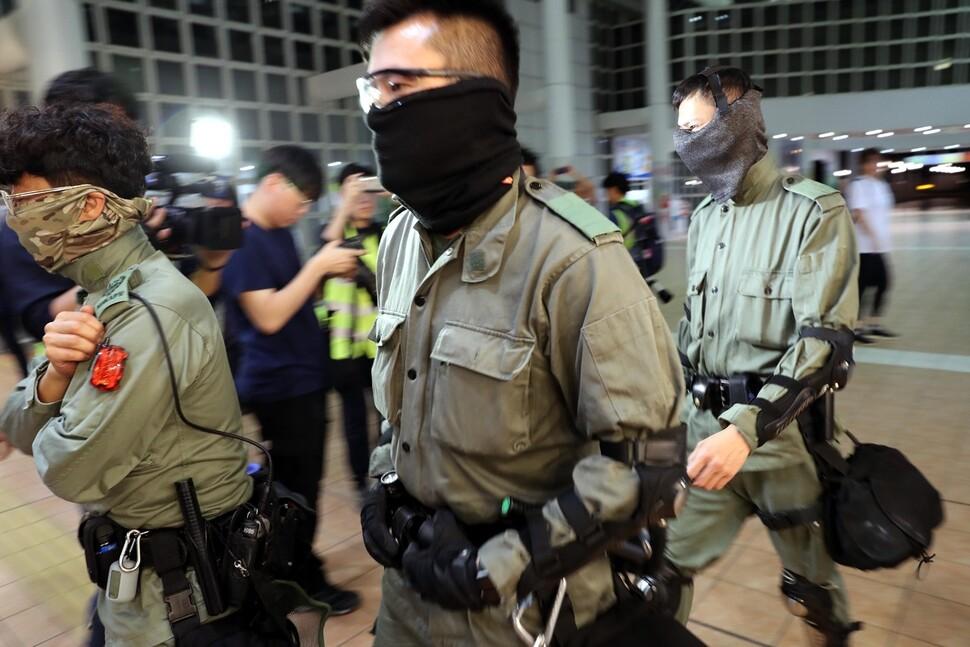 홍콩 구의원선거 개표를 마친 25일 오전 홍콩 침사추이 구룡 공원 수영장에 마련된 개표소에서 개표가 완료되자 배치 되었던 경찰들이 철수 하고 있다.