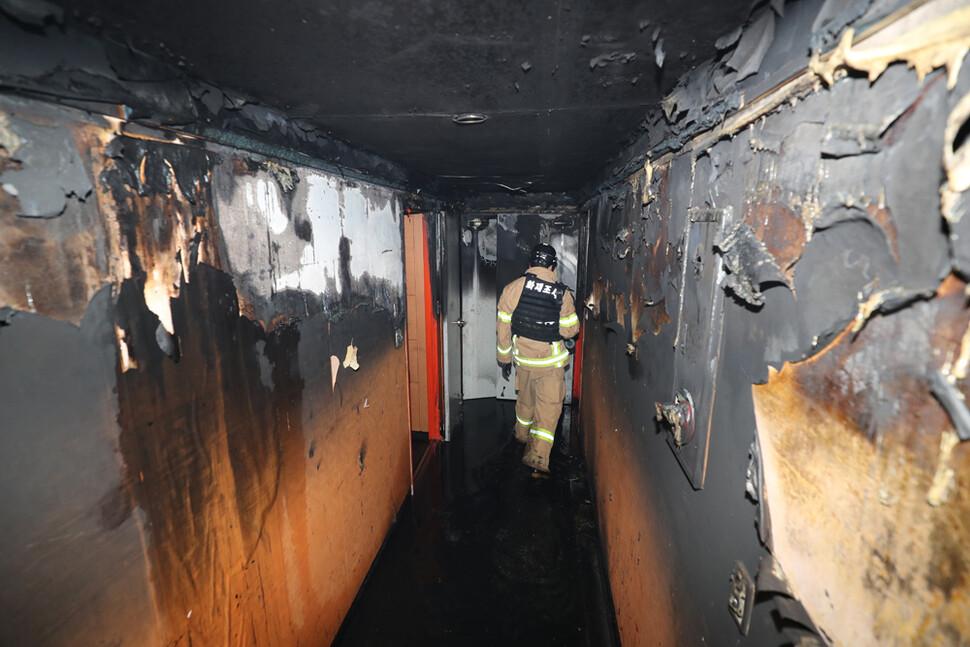 22일 오전 광주 북구 두암동의 한 모텔에서 불이 나 수십여명의 사상자가 발생했다. 사진은 불에 타버린 모텔 복도의 모습. 연합뉴스