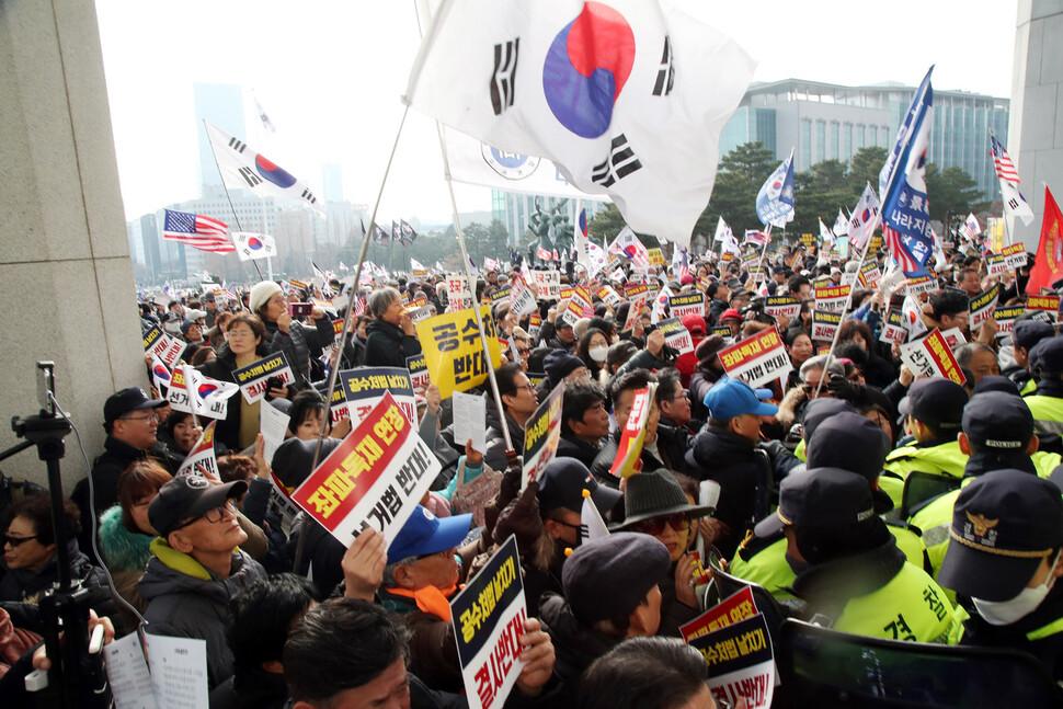 지난해 12월16일 국회 본청 계단 앞에서 열린 자유한국당 '공수처법 선거법 날치기 저지 규탄대회' 참석자들이 국회 안으로 들어서려 하자 경찰들이 막고 있다. 이날 국회는 하루 종일 이들의 난입 시도로 소란스러웠다. 김경호 선임기자 jijae@hani.co.kr