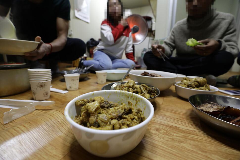 경기도 외곽의 채소농장에서 일하는 캄보디아 이주노동자의 밥상. 캄보디아인들이 자주 먹는 차크다오(닭고기 카레볶음), 뜨라이뚜어(말린 생선)를 반찬으로 저녁식사를 하고 있다. 새벽 6시부터 12시간 가까이 이어지는 고된 노동 탓에, 농업 이주노동자들은 세끼를 챙겨 먹을 시간도, 여력도 없다. 김명진 기자 littleprince@hani.co.kr