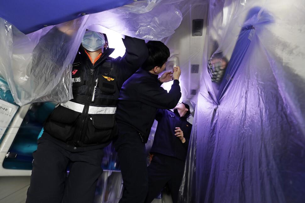 발산119안전센터 구급대원들이 12일 새벽 서울 강서구 내발산동 안전센터에서 구급차 내부를 특수필름으로 덮고 있다.