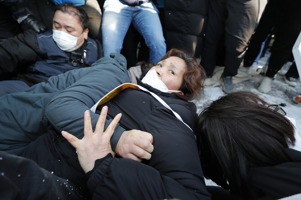 유가족과 마지막까지 농성장을 지키던 김미숙 김용균재단 이사장이 철거 중 쓰려져 있다. 이정아 기자