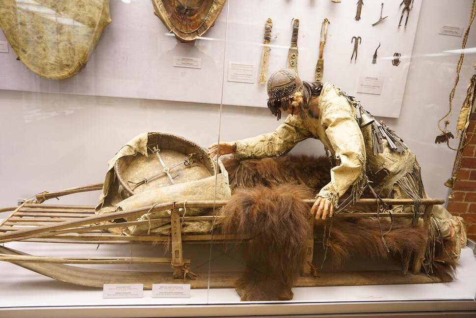겨울에 병든 사람을 치료하기 위하여 눈 위를 가는 샤먼. 노보시비르스크 주립박물관. 강인욱 제공
