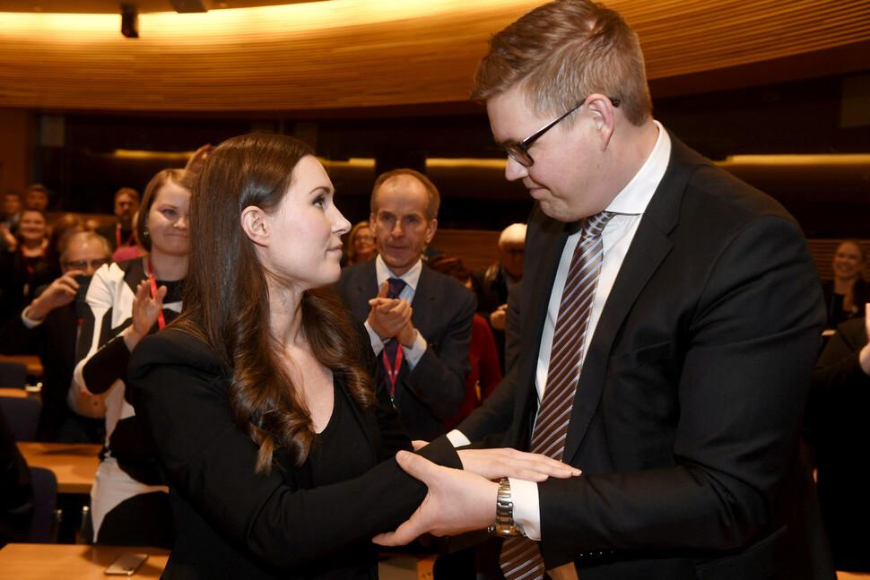 지난해 12월8일 핀란드 집권 사회민주당 연정의 총리 경선에서 34살의 산나 마린 사회민주당 의원(왼쪽)이 승리한 직후 경쟁자였던 안티 린트만 원내대표와 손을 맞잡고 있다. 산나 마린 당선자는 핀란드의 세번째 여성 총리이자, 전세계를 통틀어 최연소 정치지도자 기록을 세웠다. 헬싱키/로이터 연합뉴스