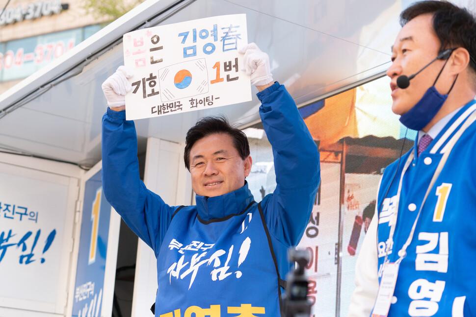 김영춘 더불어민주당 부산 부산진구갑 후보가 유세차에서 지지를 호소하고 있다. 김영춘 후보 제공