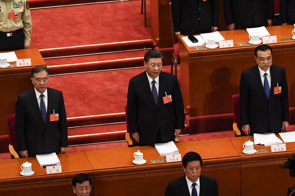시진핑 중국 국가주석(가운데)과 리커창(오른쪽) 국무원 총리가 22일 베이징 인민대회당에서 열린 전국인민대표대회 개막식에서 국가를 부르고 있다. 베이징/AFP 연합뉴스