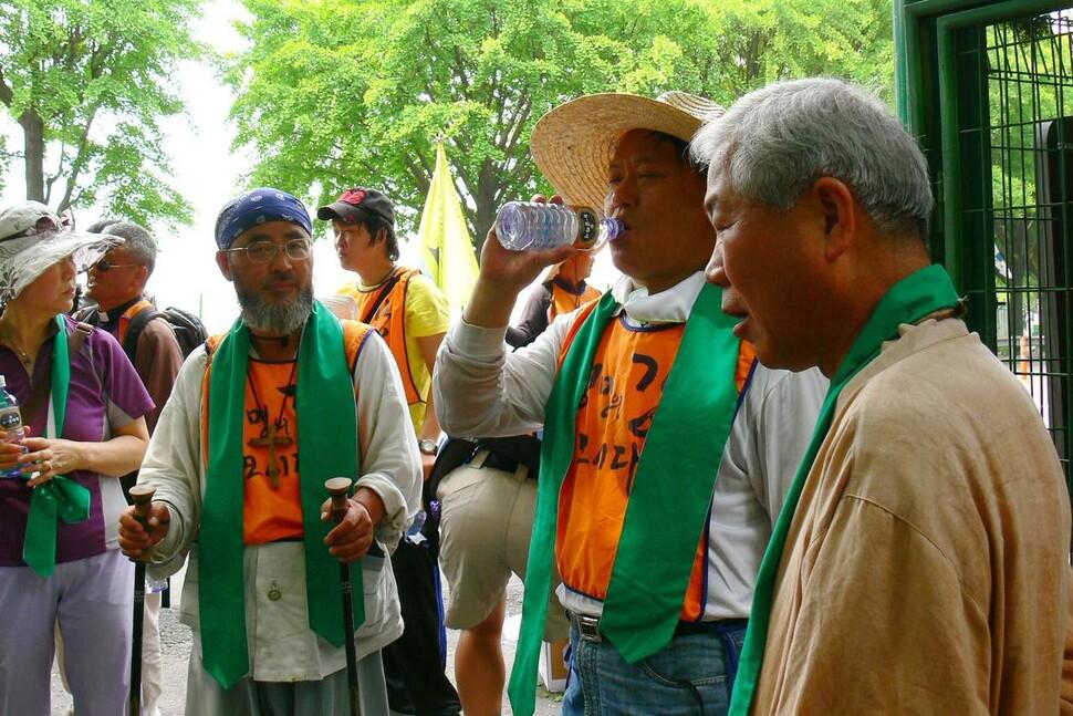 생전 여러 종교 성직자 출가자들과 함께 4대강 살리기 전국 순례에 참가한 북산 최완택 목사(맨오른쪽)