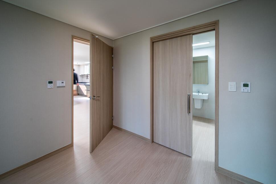 배리어프리 세대 내 드레스룸과 화장실로 이어지는 문을 미닫이로 변경하고, 휠체어가 자유롭게 드나들 수 있도록 드레스룸과 화장실 사이 문을 제거했다. 또한 자주 사용하는 세면대는 두 공간 사이의 통로에 배치하여 건식으로 사용하도록 시공했다. 사진 더함 제공