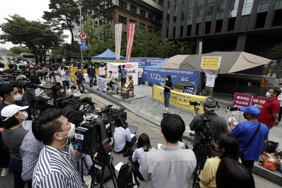 16일 낮 `제1457차 일본군성노예제 문제해결을 위한 정기 수요시위'가 서울 종로구 구 일본대사관 앞에서 기자회견 방식으로 열리고 있다. 김혜윤 기자