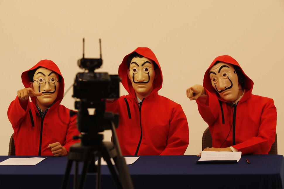 전교조티브이(TV)에 출연중인 장첸쌤(별명.오른쪽부터), 수달쌤, 팩쌤이 9일 오후 서울 강남구 논현동의 한 스튜디오에서 녹화를 진행하고 있다. 이정아 기자 leej@hani.co.kr