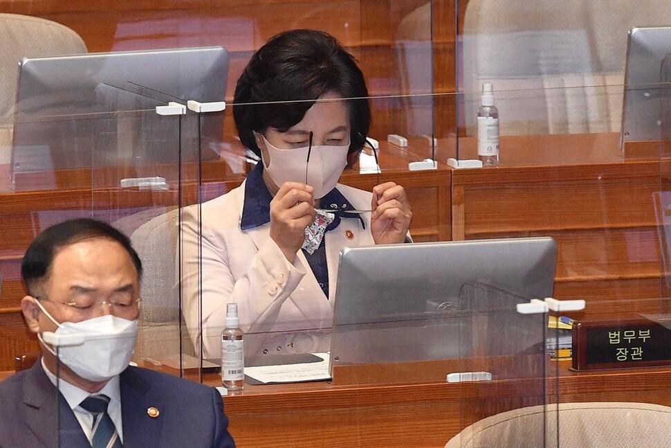 2020년 9월14일 서울 여의도동 국회 본회의장에서 열린 정치 분야 대정부질문에 출석한 추미애 법무부 장관이 안경을 쓰고 있다. 공동취재사진
