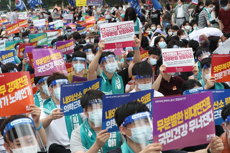 8월14일 오후 서울 여의도에 모인 의대생·전공의·개원의 등이 정부와 여당이 발표한 의료정책 철회를 촉구하고 있다. 한겨레 박종식 기자