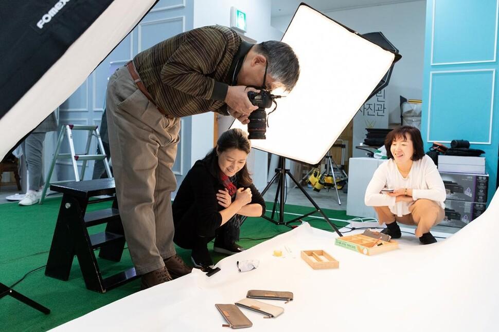 교육프로그램을 통해 만난 신중년 사진 커뮤니티 '포토랑' 회원들이 사회적기업 제품을 촬영하고 있다. 서울시50플러스 중부캠퍼스 커뮤니티 '포토랑'