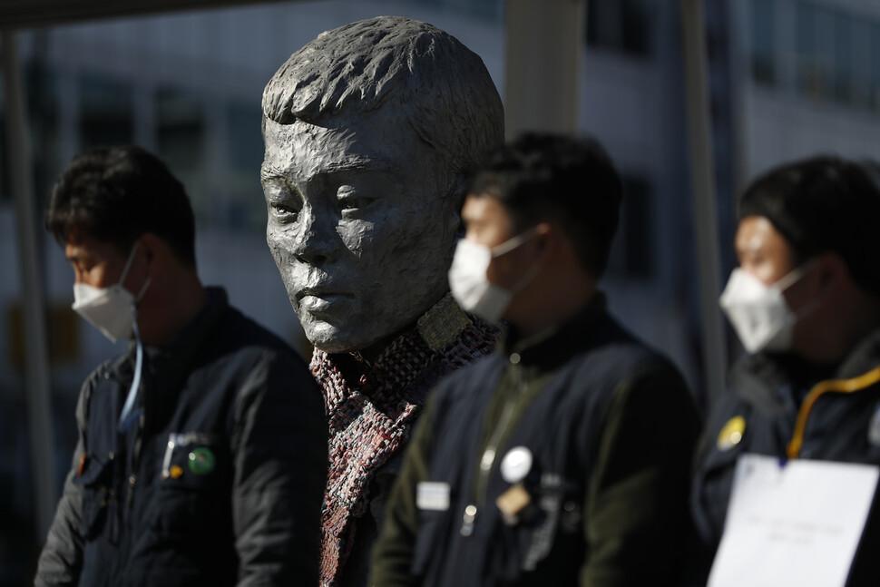 금속노조 쌍용차지부 등 손배가압류 사업장 노동자들 뒤로 전태일 열사의 동상이 보인다. 이정아 기자