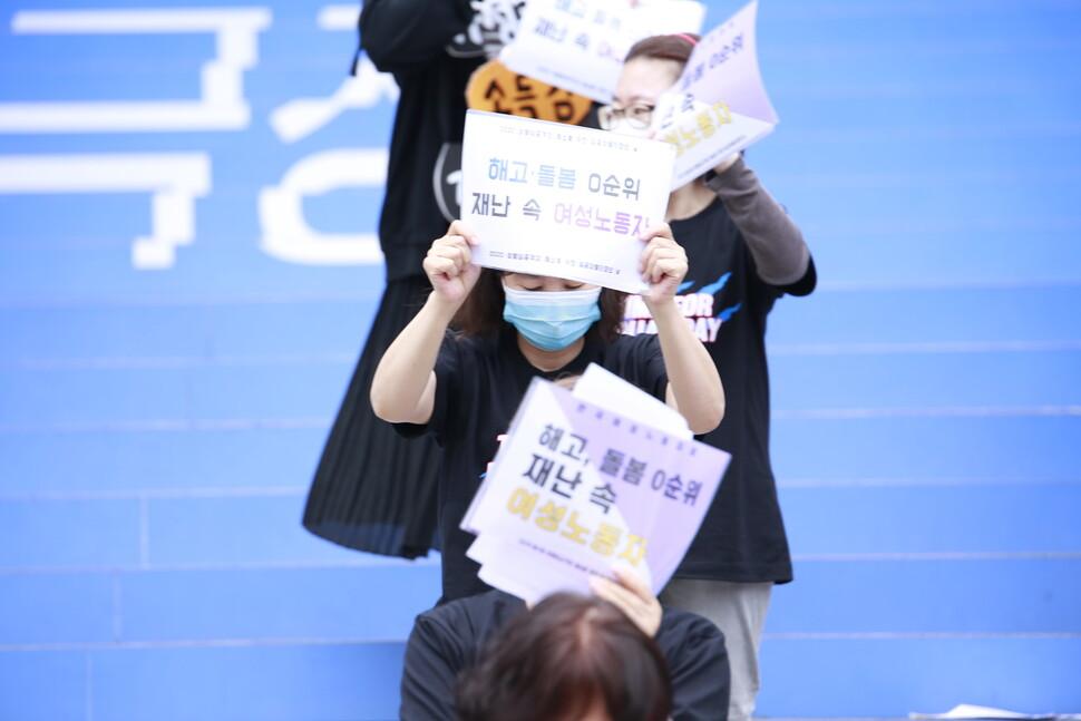코로나19로 회사와 학교의 문이 닫혔고, 여성들은 고용 불안과 돌봄을 오롯이 떠안게 되었다. 사진은 지난 5월18일 한국여성노동자회와 전국여성조합이 주관한 제4회 '임금차별타파의 날' 행사 모습. 서울여성노동자회 제공