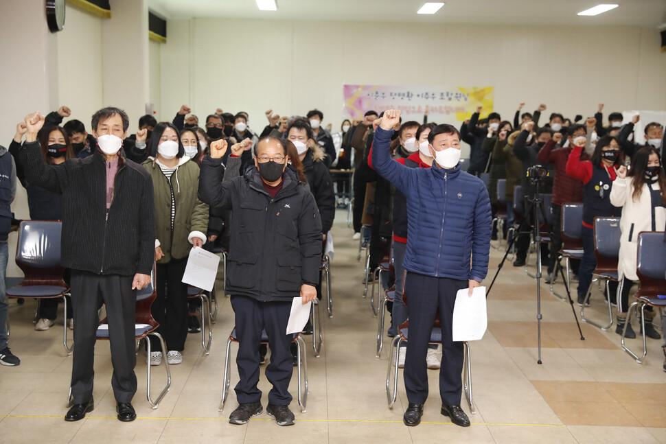 이춘우씨(앞줄 오른쪽부터)와 장명환, 이주우씨가 지난 19일 오전 경북 구미시 공단동 KEC 복지회관에서 정년퇴임식에서 마지막 파업가를 부르고 있다.